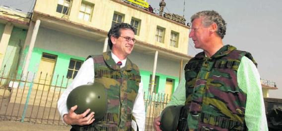 Pieter De Crem met de Amerikaanse ambassadeur Howard Gutman tijdens een bezoek aan de Belgische troepen in Afghanistan.belga
