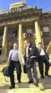 Jean Nicolas (links) met zijn advocaat in 2001 in Parijs.blg