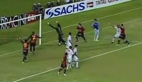 VIDEO: Scorende doelman scheurt kruisbanden