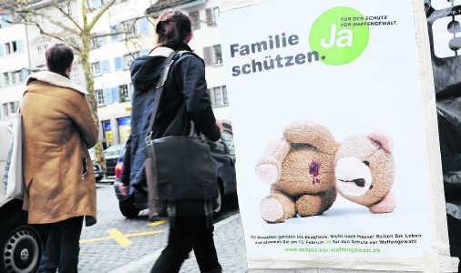 'Bescherm je familie - stem voor strengere wapenwetten', spoort deze affiche in Zürich aan. ap