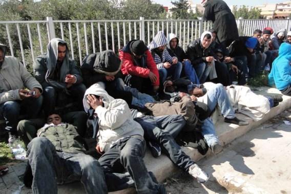 Duizenden Tunesiërs overspoelen Lampedusa