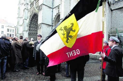 Honderden mensen volgden de plechtigheid voor de Antwerpse Onze-Lieve-Vrouwekathedraal.Isopix