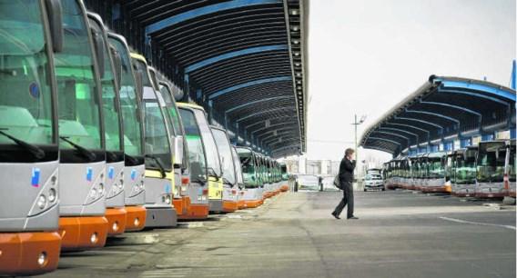 Blinkende bussen in de rij op de stelplaats Jacques Brel. Bart Dewaele
