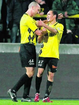 Daylon Claasen (r.) viert zijn doelpunt met Jurgen Cavens.Bruno Fahy/belga