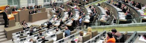 Wie vaak afwezig is tijdens de plenaire vergadering, kan een deel van zijn inkomen verliezen.pn
