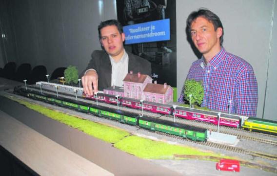 De Limburgse ondernemer Raf Brauns (links) samen met Ivan Thijs, projectcordinator van Bryo, bij de verlichte modeltreintjes van Brauns.rgg
