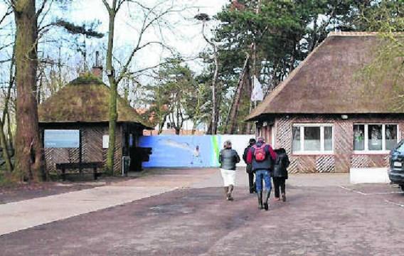 Wandelaars op weg naar het natuurreservaat Zwin. Natuurliefhebbers kanten zich tegen ideeën om daar overnachtingsfaciliteiten aan te bieden. nmi