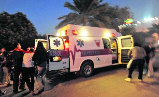 Gewonde betogers worden naar een ziekenwagen gebracht in Manama (Bahrein). Mazen Mahdi/epa