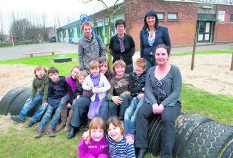 Ann Voorts, de coördinatrice van de Roeselaarse Freinetschool, met enkele kinderen en leerkrachten.sbr