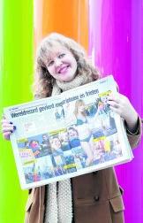 Frea Vancraeynest poseert met haar krantenfoto van donderdagavond. pvo