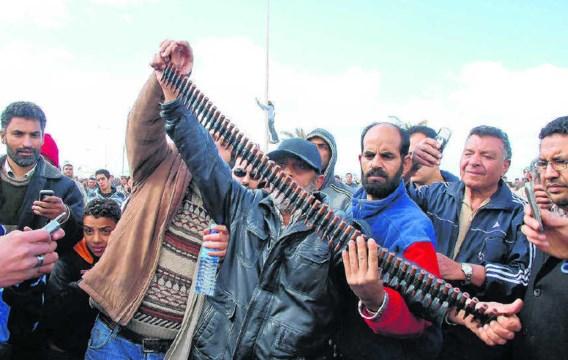 Demonstranten in Benghazi, met munitie buitgemaakt op getrouwen van Kadhafi? ap