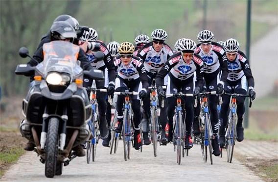 FOTO: Ploegen trotseren de kou bij parcoursverkenning Omloop Het Nieuwsblad