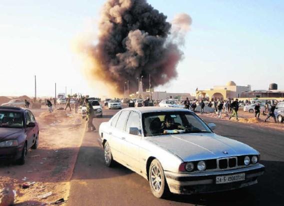 Ras Lanuf, afgelopen maandag: Kadhafi aarzelt niet om zijn eigen bevolking te bombarderen. Goran Tomasevic/reuters