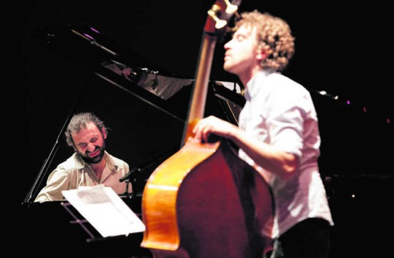 Stefano Bollani (l.) tijdens een concert in de Bijloke in Gent: 'Ik herinner me mezelf niet meer zonder een piano.'Wouter Van Vooren