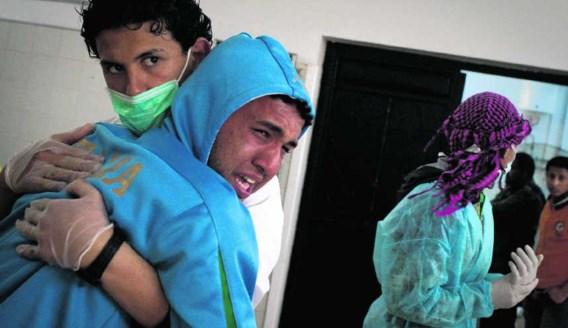 Een verpleger troost een Libische man die net zijn gedode broer geïdentificeerd heeft in een ziekenhuis in Benghazi. Anja Niedringhaus/ap