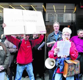 Actievoerders vinden het niet meer kunnen dat de huurlasten almaar stijgen bij de sociale huisvestingsmaatschappij van de stad. was