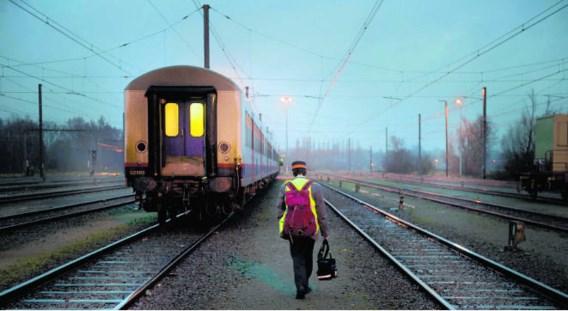 Treinbegeleider Stefan Hoffmann op weg naar zijn wachtende trein in de stelplaats Antwerpen-Noorderdokken.Michiel Hendryckx