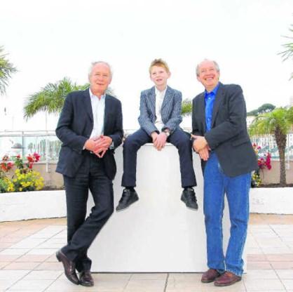 Jean-Pierre (links) en Luc Dardenne met de jonge acteur Thomas Doret. epa