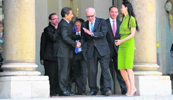 De Franse president Nicolas Sarkozy verwelkomt mediamagnaat Rupert Murdoch op de eG8-conferentie. reuters
