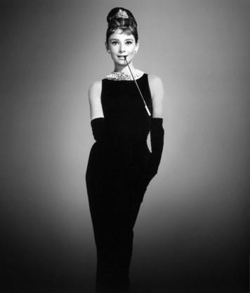 De Britse actrice Audrey Hepburn droeg haar zwarte Givenchy-jurk veertig jaar geleden in de romantische komedie Breakfast at Tiffany's. Hij wordt een van de meest iconische kledingstukken in de geschiedenis van de twintigste eeuw genoemd.