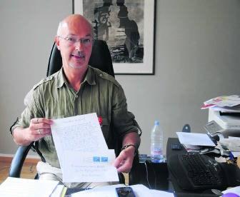 Zaakvoerder Paul Larivière met een kopie van de brief die hij donderdag in de bus kreeg.nnh