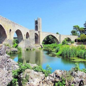 De middeleeuwse brug van Besalù.shutterstock