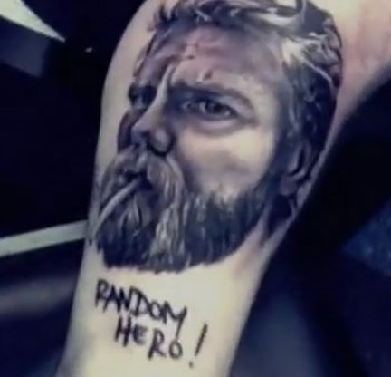 VIDEO. Jackass-collega herdenkt Ryan Dunn met tatoeage