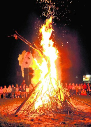 Veel gemeenten staan een groot kampvuur niet toe of beperken het tot vuurkorven.Katrijn Van Giel