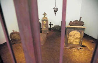 'D.O.M.' van Robert Kusmirowski: de illusie van een kerkhof. Ivan Put