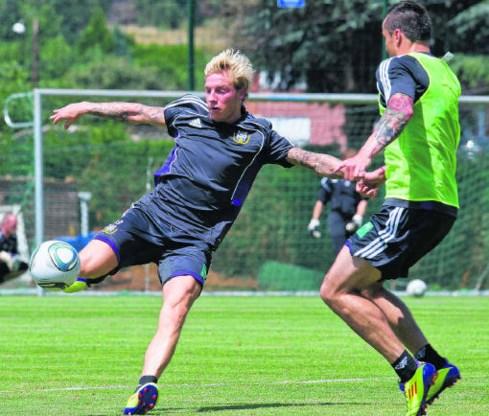 Jonathan Legear aast op een transfer en met Guillermo Molins trok Anderlecht al een vervanger aan, maar door de blessure van de Zweed wil paars-wit Legear nu toch houden.photo news