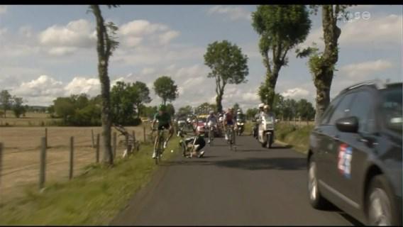 FOTOSPECIAL. Wagen van Franse televisie rijdt kopgroep aan