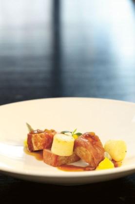 Varkensoester met gandaham, aardappel in citroenboter en crème van gele wortel