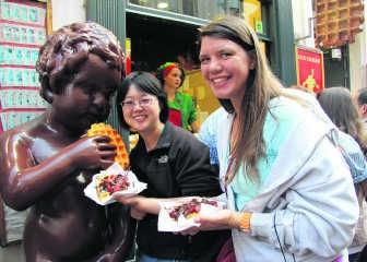 Amerikaanse toeristen zijn ontgoocheld als ze vernemen dat ze geen echte Brusselse wafel kochten. Toch vinden ze alle wafels zeer lekker.dbb