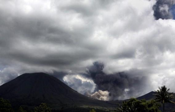 FOTOSPECIAL. Indonesische vulkaan Lokon barst weer uit
