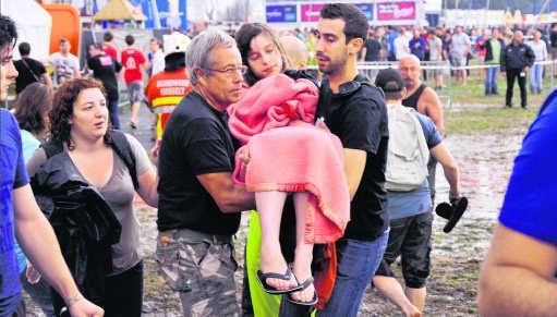 Een slachtoffer wordt weggedragen na de storm.Benoit De Freine/photo news