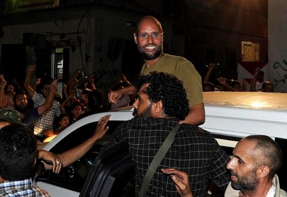 'Gevangen' zoon Kadhafi geeft journalisten rondrit in Tripoli