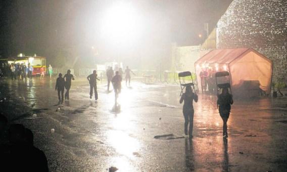 Beschutting zoeken tegen de regen en wegvluchten, veel meer zat er niet op. Stefaan Beel