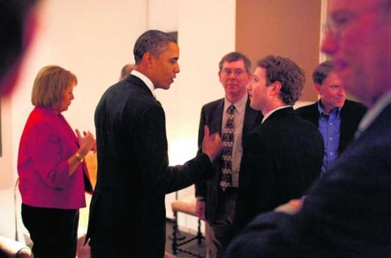 Barack Obama maakt een praatje met Mark Zuckerberg, de ceo van Facebook, tijdens een ontmoeting met internetondernemers begin dit jaar. <br>The White House