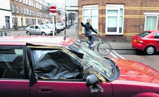 Gevandaliseerde auto, fuck you-gebaar: de jeugddelinquentie woekert in de Haagse wijk Transvaal. Beekman/hh