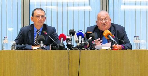 Mariani (l.) en Dehaene trotseren de media op een persconferentie in Brussel.blg