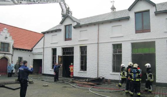 De brand ontstond in het atelier links. De rook verspreidde zich in twee zalen van de heemkring Belledaal onder het dak. rds