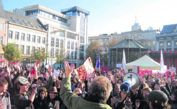 Met de megafoon richtte een rist sprekers zich tot de menigte op de Groenplaats tijdens een 'volksvergadering'. mas