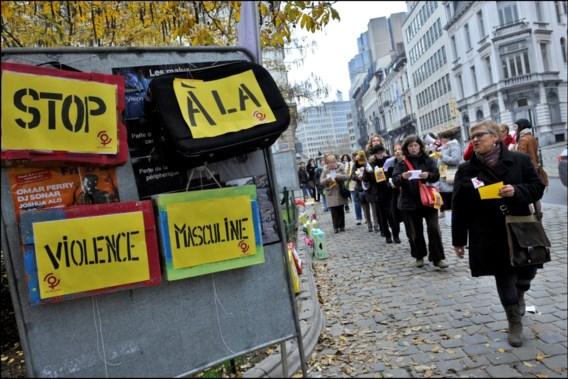 Protest met reiskoffers tegen huiselijk geweld