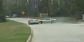 Twee peperdure Corvettes rammen tegen elkaar tijdens straatrace