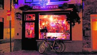 In de Langestraat in Brugge wordt in verscheidene cafés gerookt. 'Rustig en gezellig', klinkt het. Simon Mouton