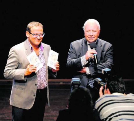 Tom Lanoye en Mark Eyskens stellen het boekenweekgeschenk voor.Novum/Rein Van Zanen