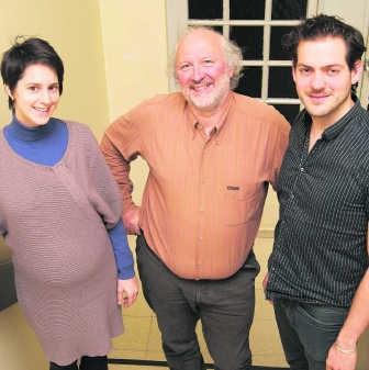 Evy Vancalbergh, artiestiek cordinator, Erik Demoen, directeur Gildhof Tielt, en Lucas De Man stelden het project gisteren in Tielt voor.rdh