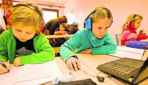 De kinderen mogen tijdens de lessen gebruik maken van hulpmiddelen, zoals een computer en een hoofdtelefoon.Ivan Put