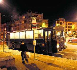 Een bus van de politie wacht aan de Anderlechtse poort in Brussel op daklozen, om ze naar de kazerne in Bevekom te vervoeren.Ivan Put
