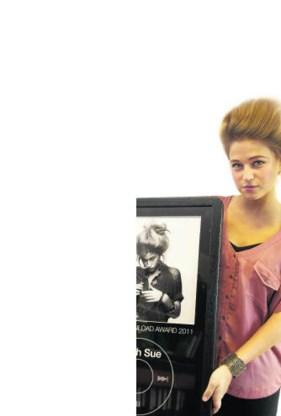 Selah Sue met haar trofee.belga